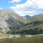 Blick zurück ins Zollfreigebiet von Livigno. Hier lässt sich günstig Tanken.