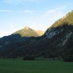 Die letzen Sonnestrahlen erhellen die Berggipfel.