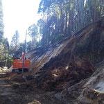 鹿児島県曽於市 過疎対策事業道路改良工事 切土掘削 南九州ではシラス土壌であるため、掘削後早期に植生しなければならない