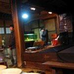 元仲田邸 スタッフさんが上映準備中。小上がりをぐるりと土間が囲む舞台の様な造りを活かしてます。