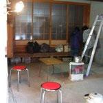 元お医者さんの蔵、次に、飲食店になった後、10年空き家だった谷口邸。村開催の改装セミナーで、天井が取払われ、壁が白く塗られました。