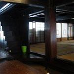 谷口邸の隣の屋敷。 今は、集会所として使われています。柱や箱階段はどっしりと威厳有ります、、、素敵だなぁ。