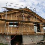 Die Einblasdämmung aus Holzfasern wird eingebaut  - TISCHER Tischlerei + Holzbau