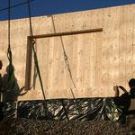 Die NUR-HOLZ-Wände werden angeliefert - TISCHER Tischlerei + Holzbau