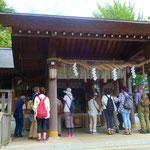 09 古い歴史を持つ神社の向こうにはビジネスパークの近代ビル群