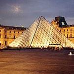 パリ・ルーブルピラミッド外部夕景