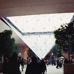 パリ・ルーブルピラミッド内部昼
