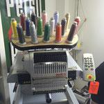 Unsere Stickmaschine stickt mit 16 Farben