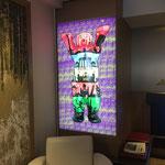 Dekorative Nutzung eines ungenutzten Bücherregals in der Lobby des Mercure Airport Hotel Berlin Tegel: Wir haben ein mit LED´s beleuchtetes Transparant mit Digitaldruck installiert.