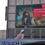 Fernbedienung der Werbeinatllation am Berliner Alexanderplatz erhielt ihr Aussehen durch 3D-Verklebung eines Foliendruckes auf einem Holzkörper