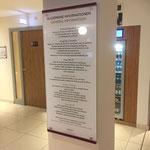 Informationsschild im Lobbybereich eines Hotels: von der Rückseite gestaltete Acrylflächen mit Abstandhaltern aus Edelstahl