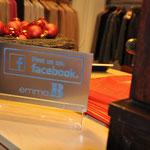 Laserbrviertes Schild im Kassenbereich einer Boutique
