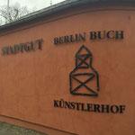 mit Abstandhaltern montierte Metallbuchstaben an der Außenmauer des Stadtgut Berlin-Buch