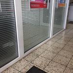 Plott aus Glasdekorfolie als dekorativer Sichtschutz für die Direktannahme einer Kfz-Werkstatt