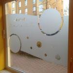 Plott aus Glasdekorfolie als dekorativer Sichtschutz für eine Kita