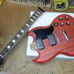 E-Gitarre Hals unterlegen, Hals ausrichten, Hals einstellen, Gitarre Saitenlage einstellen, E-Gitarre Saitenhöhe justieren, E-Gitarre reparieren, Gitarrenreparatur in 75365 Calw