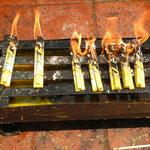Glutheiß, die Kerzen schmelzen dahin