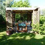 Die Frühstückslaube im Garten - wir hatten die Wahl zwischen 3 verschiedenen Plätzen