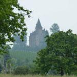 Weithin schon sichtbar - die Burg Rodeck