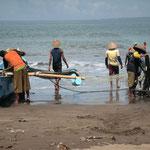 Ein Netz wird aus dem Meer gezogen