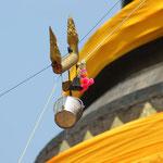 Selbst auf der Stupa findet das Wasserfest statt