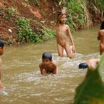 Fröhlich plantschende Kinder unterwegs