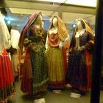 Fein gearbeitete sardische Trachten sind ausgestellt