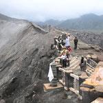 Wir stehen am Grat des Bromo-Kraters