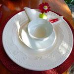 Feines Porzellan ziert den Tisch