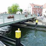Die Drehbrücke öffnet sich langlang
