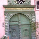 mit wunderschönen alten Haustüren