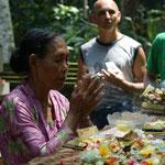 Buddistischer Tempel - sie segnet die Opfergaben