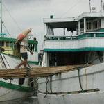 Schiffe werden über Bohlen erreicht