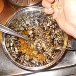 3. Nachdem das Fett langsam im Topf erwärmt wurde, wird die Körnermischung dazugegeben. - Foto: Kathy Büscher