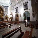 Vista lateral derecha: dos capillas y entrada a la sacristía