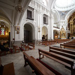 Vista lateral izquierda de la iglesia: entrada y dos capillas