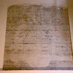 Detalle del plano de construcción cincelado sobre la misma pared de la iglesia