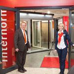 Herzlich Willkommen im neuen Schauraum. Geschäftsinhaber Franz und Eveline Grabmann bei der Eröffnungsfeier am 10. Juli 2014.