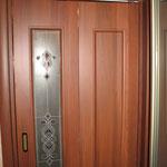 """4.1. Установка межкомнатной складной двери (""""двери-книжки""""). На фото складная дверь в закрытом виде."""