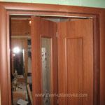 4.4. Установка межкомнатной складной двери. На фото складная дверь в приоткрытом варианте (крупный план).