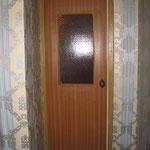 Фото 1.9. Одностворчатая кухонная дверь с остеклением (вид из коридора). Общий план (так было).