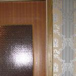 Фото 1.10. Одностворчатая кухонная дверь с остеклением (вид из коридора). Крупный план (так было).