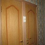 Фото 1.4. Установка дверей в ванной и туалете. Крупный план.