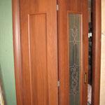 """4.2. Установка межкомнатной складной двери (""""двери-книжки""""). На фото складная дверь в приоткрытом виде."""