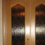 Фото 1.2. Установка распашных межкомнатных дверей. Крупный план.