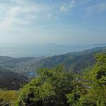 右手の手前に初島があり、その彼方に伊豆大島が見えます。