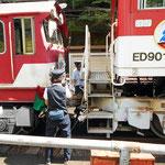 アプトいちしろ駅では、急勾配を登るために、歯車が付いたアプト式機関車を連結します。女性の車掌さんが活躍していました。