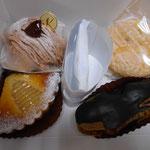 美味しいですが、味のレポは苦手で... モンブラン・洋梨のタルト・エクレア。右上はふわふわスポンジのクリームサンド。