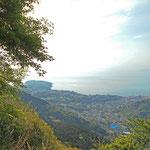 東屋を過ぎて、曲がりくねる山道から真鶴半島が見えました。