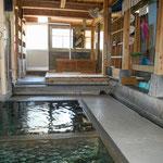お湯は気持ちよかった。源泉が入る手前の湯船は熱め、奧の湯船は少しぬるめです。